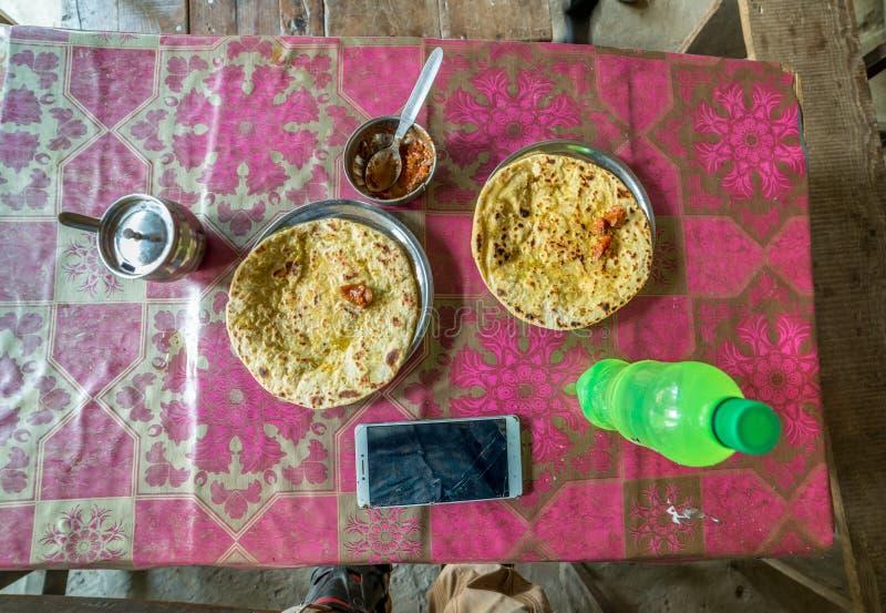 Petit déjeuner d'Alloo Paratha en Himalaya, grand parc national de l'Himalaya, vallée de Sainj, Himachal Pradesh, Inde photographie stock libre de droits