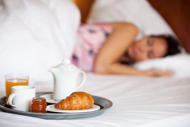 Petit déjeuner d'hôtel et une femme de sommeil photographie stock libre de droits