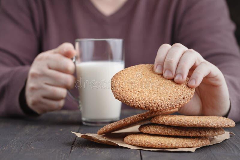 Petit déjeuner d'homme avec les biscuits du Moyen-Orient de sésame images stock