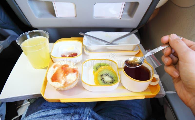 Petit déjeuner dans l'avion image libre de droits