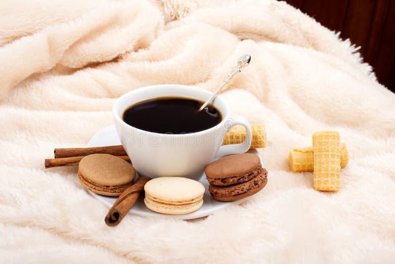 Petit déjeuner dans le lit Café et bonbons chauds photographie stock libre de droits