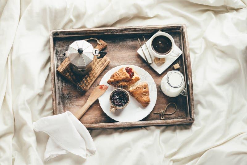 Petit déjeuner dans le lit Lumière de fenêtre photo libre de droits