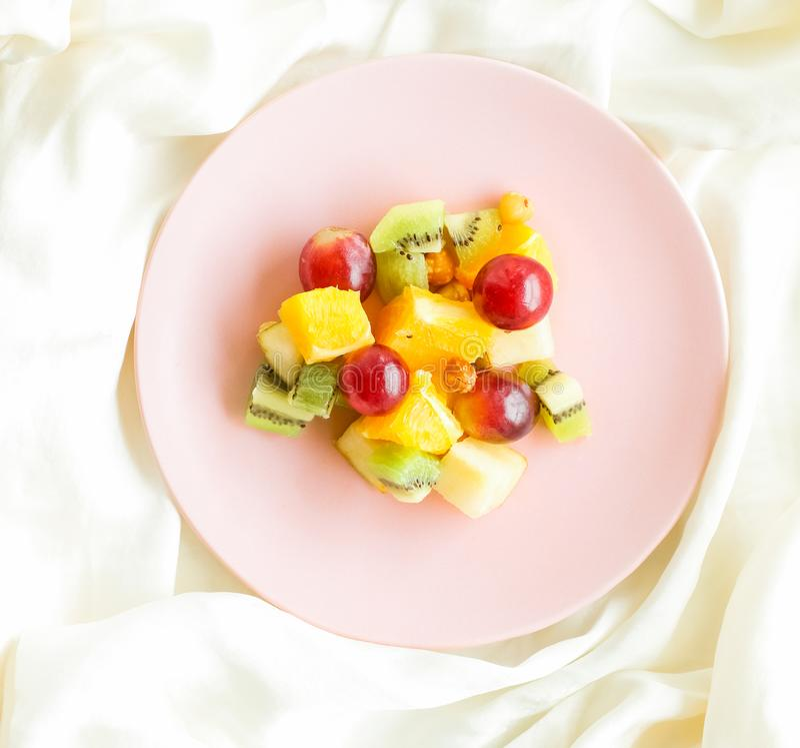 petit déjeuner dans le lit, salade de fruits juteuse sur la nutrition en soie et flatlay, suivre un régime et le concept dénommé  image stock