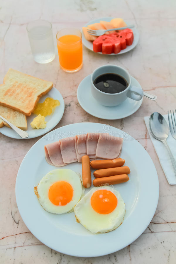 Petit déjeuner dans le matin photographie stock libre de droits