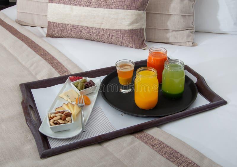 Petit déjeuner dans le service d'étage de lit à l'hôtel de tourisme image stock