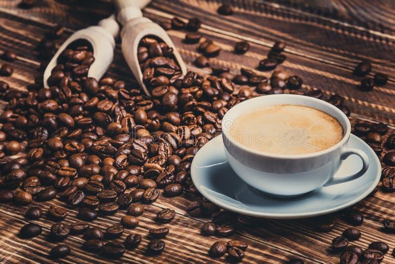 Petit déjeuner de café avec le crema et les haricots images stock