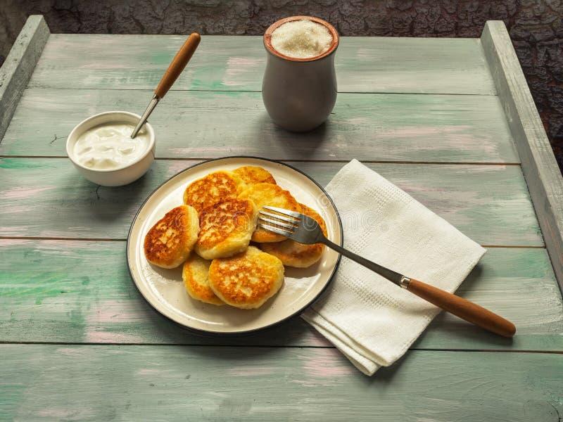Petit déjeuner de crème sure avec les gâteaux au fromage aigres de creamcottage pour des couverts de sucre de petit déjeuner sur  photo libre de droits