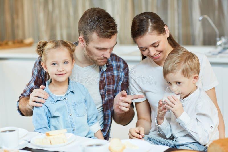 Petit déjeuner de famille images stock