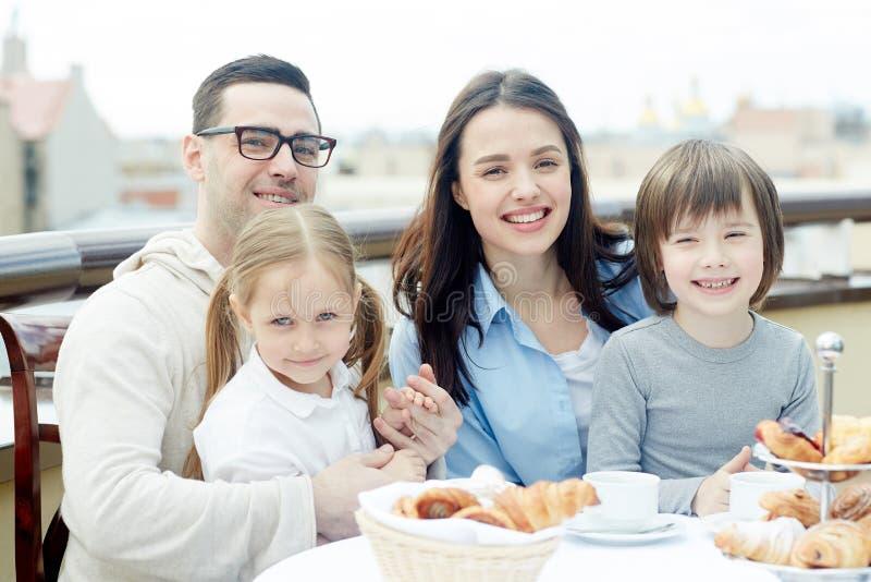 Petit déjeuner de famille images libres de droits