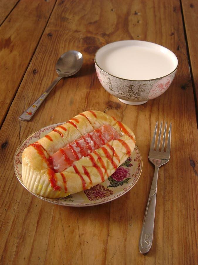 Petit déjeuner de pain et de lait photos stock