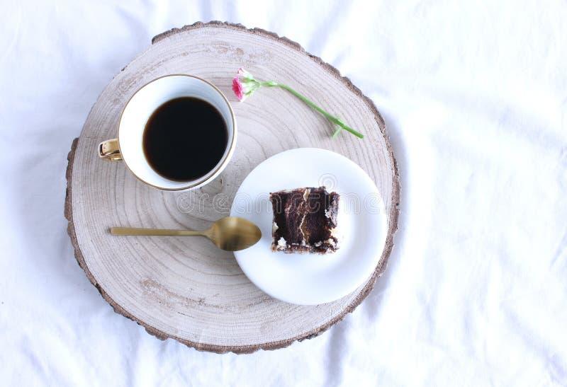 Petit déjeuner de ressort en composition en lit Tasse de café et une tranche de tiramisu fait maison, dessert italien traditionne photographie stock libre de droits