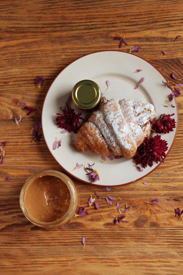 Petit déjeuner de Taisty avec le croissant Style campagnard images stock