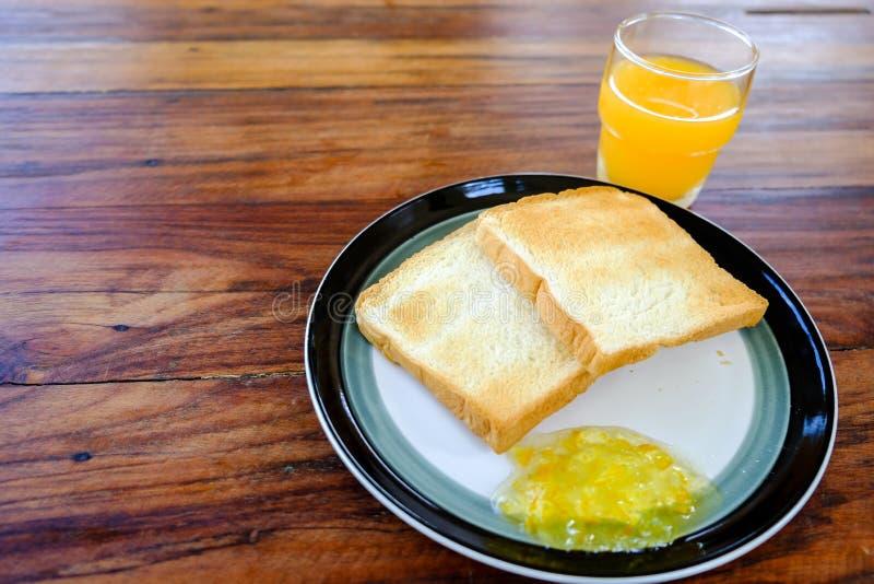 Petit déjeuner de verre de petit déjeuner américain en gros plan de jus et de pain grillé d'orange image libre de droits