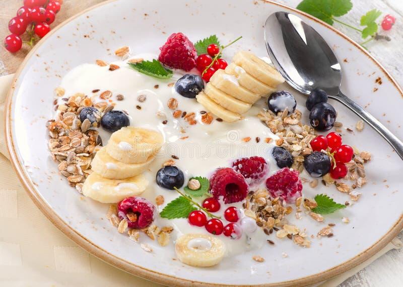 Petit déjeuner de yaourt, des fruits frais et de muesli photo stock