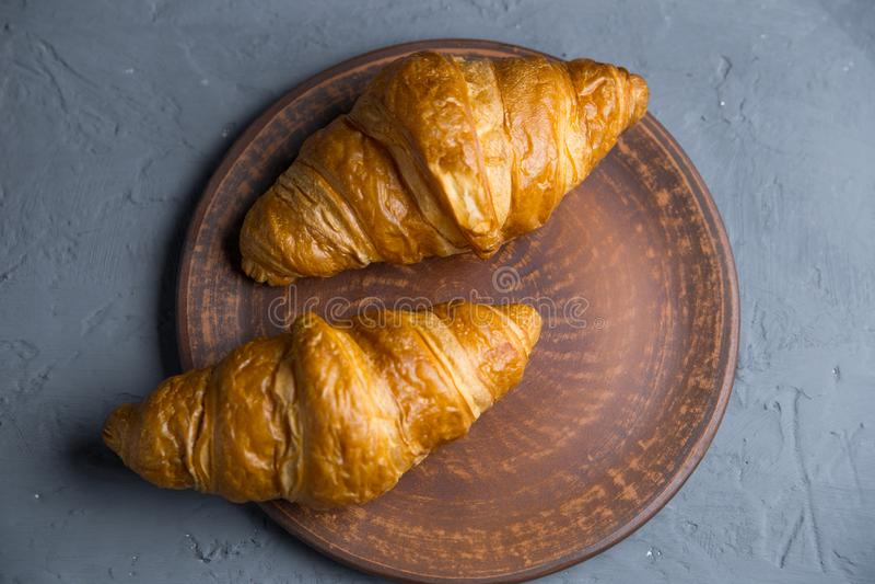 Petit d?jeuner, deux croissants avec sur un fond gris, modifi? la tonalit? Vue sup?rieure, endroit pour votre texte Photo dans un image libre de droits