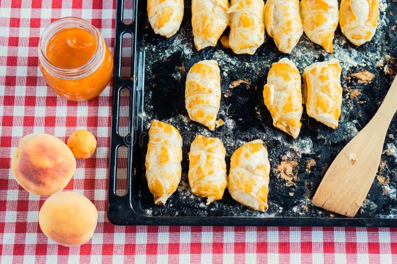 Petit déjeuner doux : boulangerie et confiture images stock