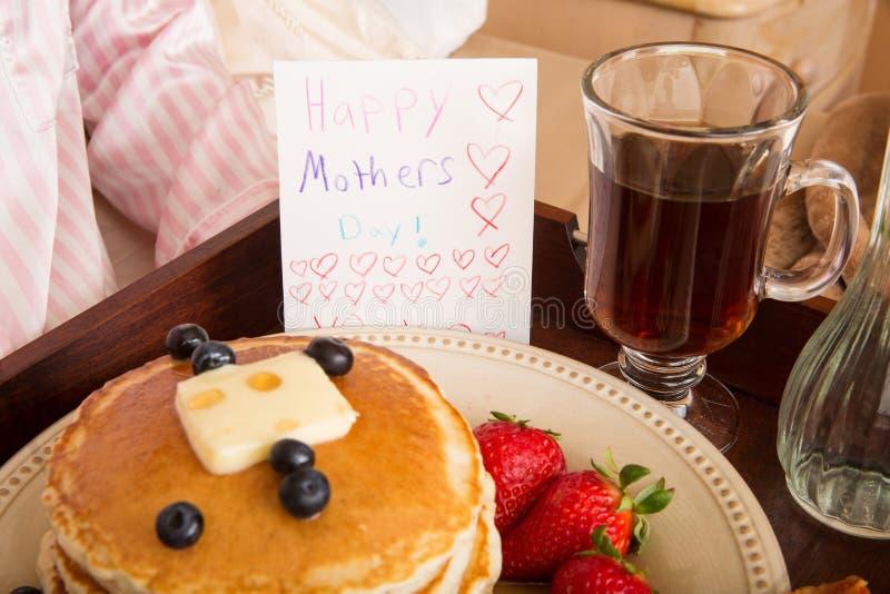 Petit déjeuner du jour de mère dans le lit photos stock