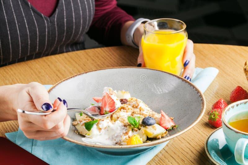 Petit déjeuner en café, céréale chaude de farine d'avoine avec des baies photo stock