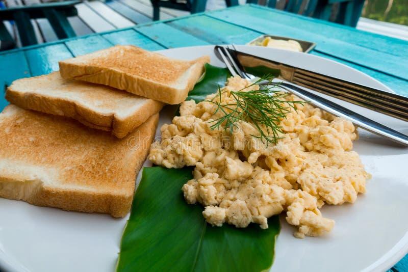 petit déjeuner et x28 ; Oeufs brouillés et bread& x29 ; avec le fond en bois photo stock