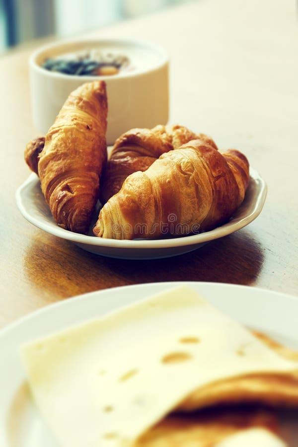 Petit déjeuner frais savoureux avec des croissants de plat image stock