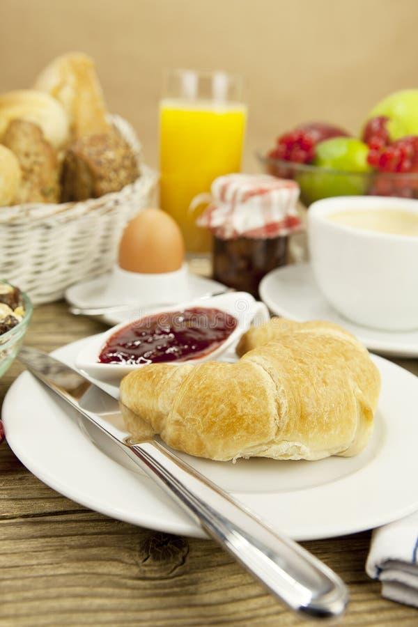 petit d jeuner fran ais traditionnel sur la table dans le matin image stock image du pain. Black Bedroom Furniture Sets. Home Design Ideas