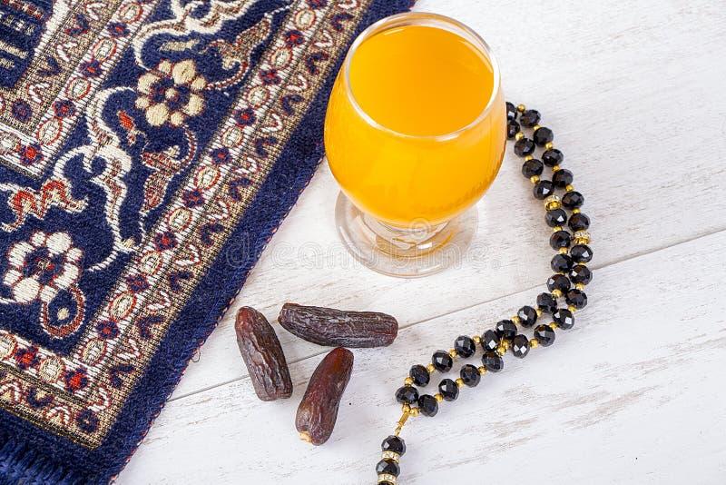 Petit déjeuner iftar heureux dans Ramadan photos libres de droits