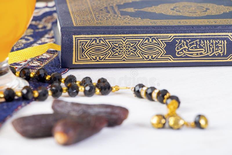 Petit déjeuner iftar heureux dans Ramadan image libre de droits