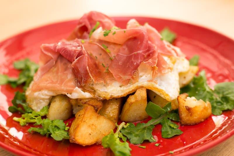 Petit déjeuner italien Huevos Rotos images stock