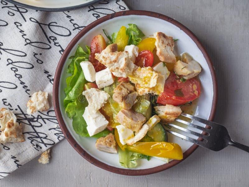 Petit déjeuner léger de salade de César sur deux tarekkas, se tenant sur une serviette de coton avec un modèle, fourchette, filmé photo stock