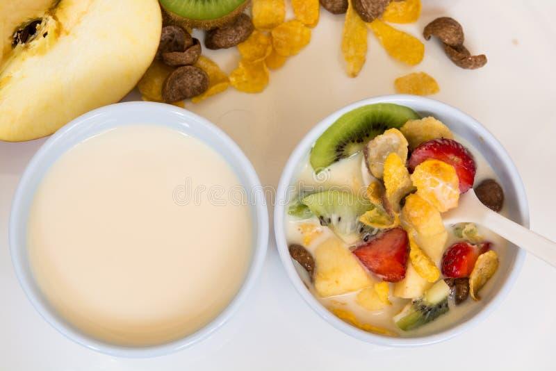 Petit déjeuner, lait et céréale, et fruit image stock
