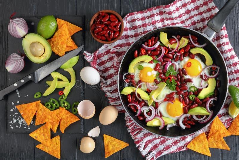 Petit déjeuner mexicain - oeufs au plat dans la poêle photographie stock