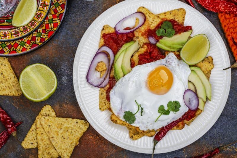 Petit déjeuner mexicain - plat de chilaquiles photos libres de droits