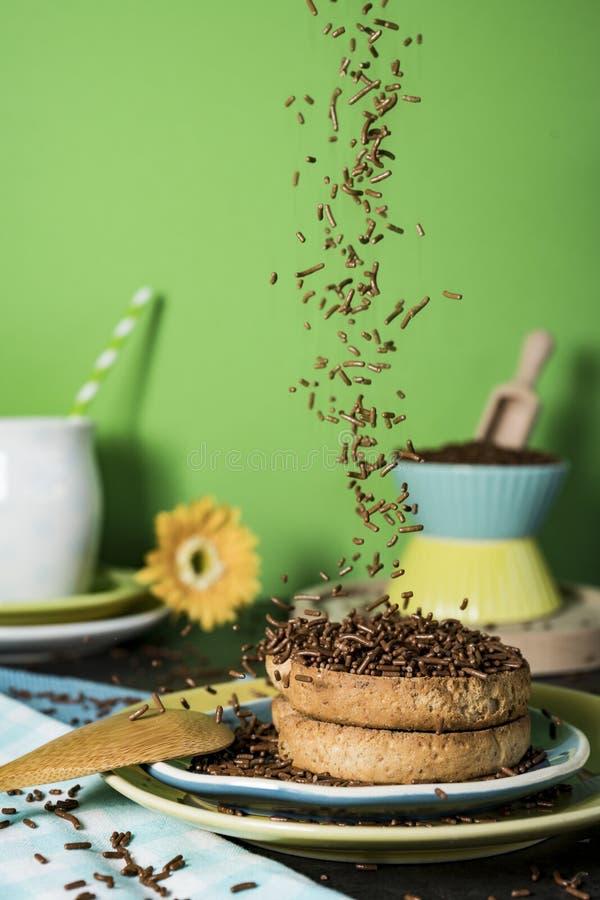 Petit déjeuner néerlandais avec le hagelslag de grêle de biscotte et de chocolat, sur le fond vert image libre de droits