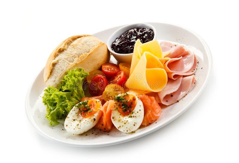 Petit déjeuner - oeuf à la coque, lard, fromage et légumes photo libre de droits