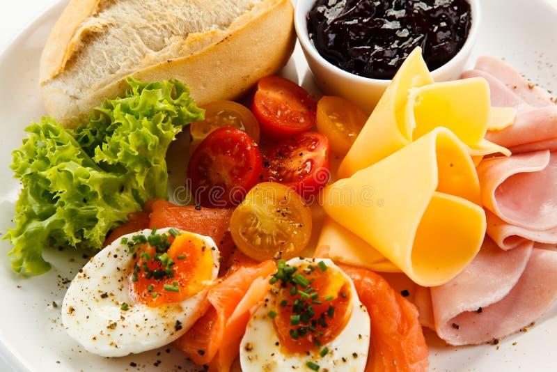 Petit déjeuner - oeuf à la coque, lard, fromage et légumes image libre de droits