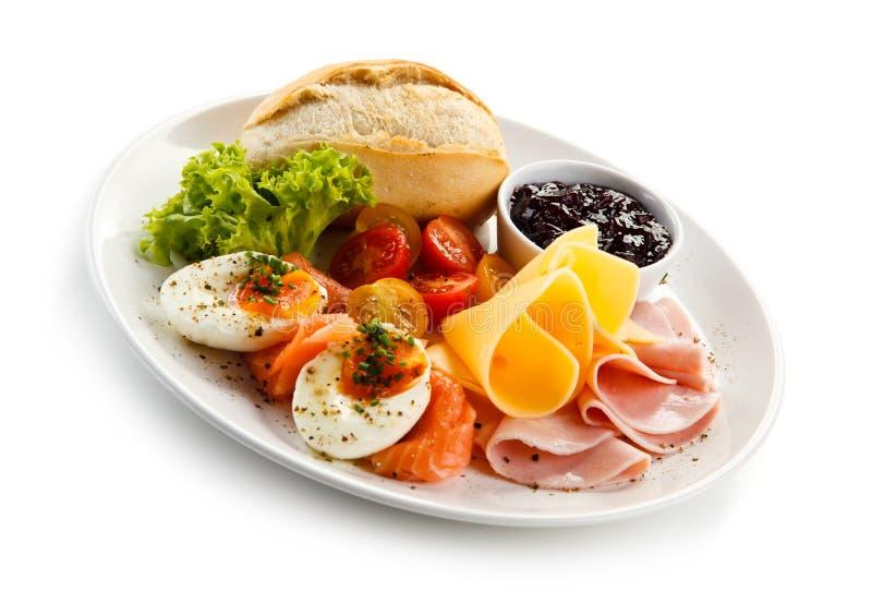 Petit déjeuner - oeuf à la coque, lard, fromage et légumes photos stock