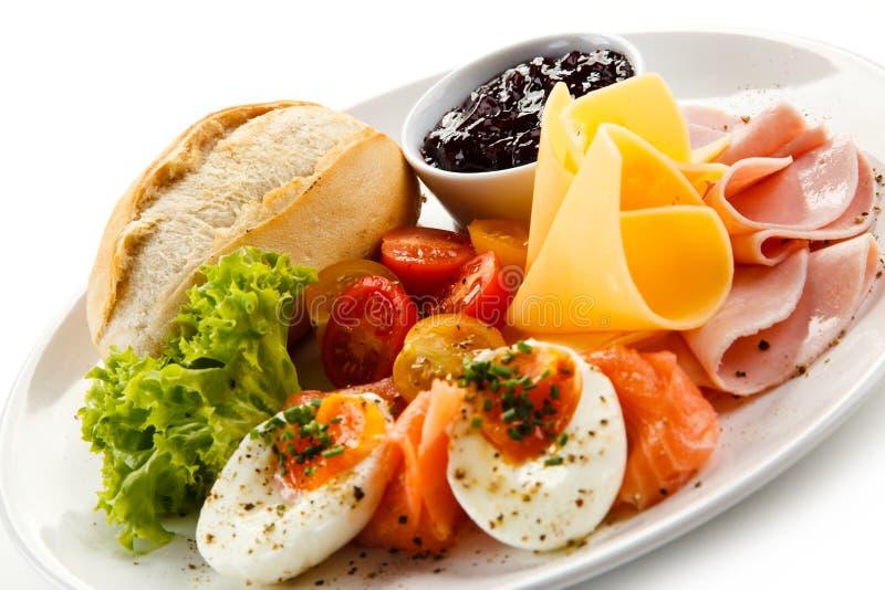Petit déjeuner - oeuf à la coque, lard, fromage et légumes image stock