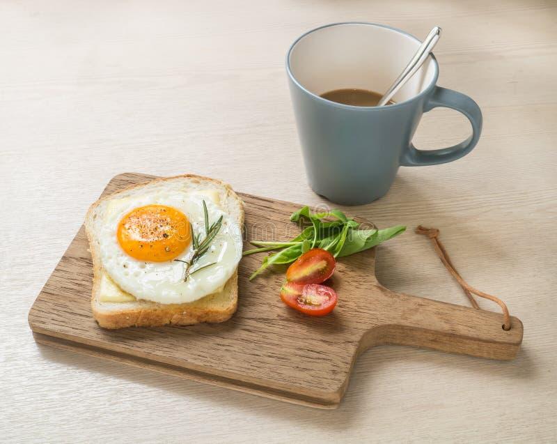 Petit Déjeuner, Oeuf Au Plat Sur Le Pain Grillé Et Tasse De Café ...