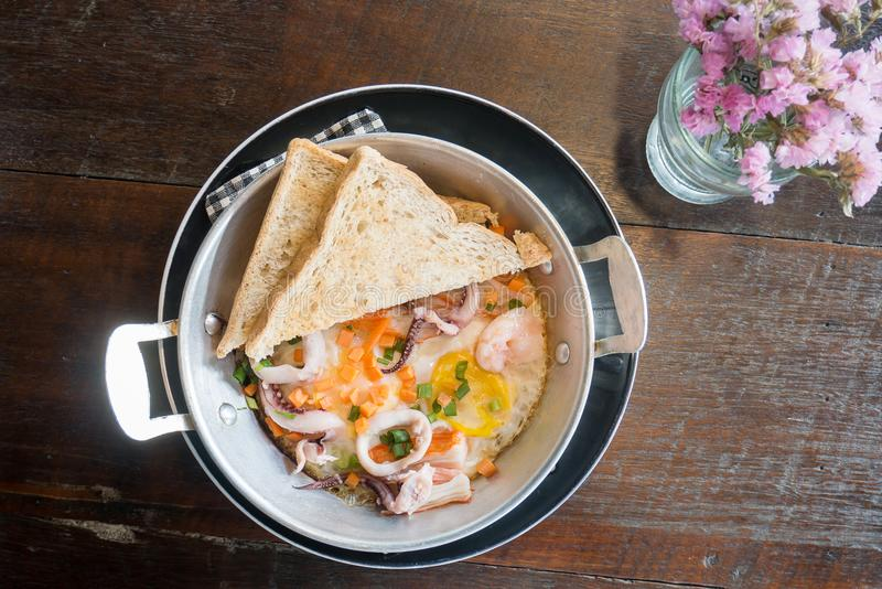 Petit déjeuner, oeuf sauté, omelette de casserole avec des fruits de mer image libre de droits