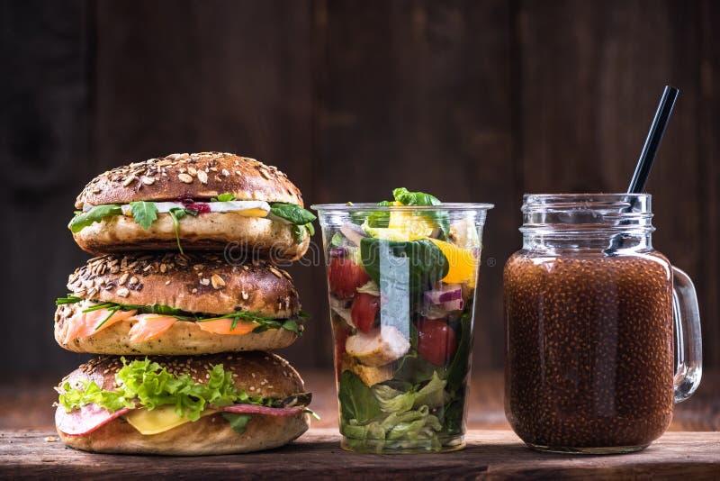 Petit déjeuner ou brunch d'alimentation saine Bagels, smoothie et salade image stock