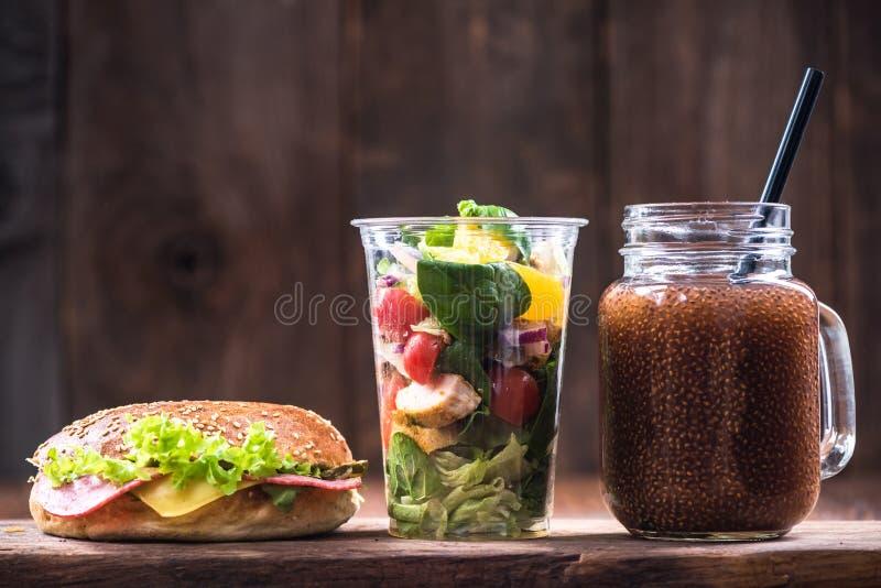 Petit déjeuner ou brunch d'alimentation saine Bagels, smoothie et salade photos stock