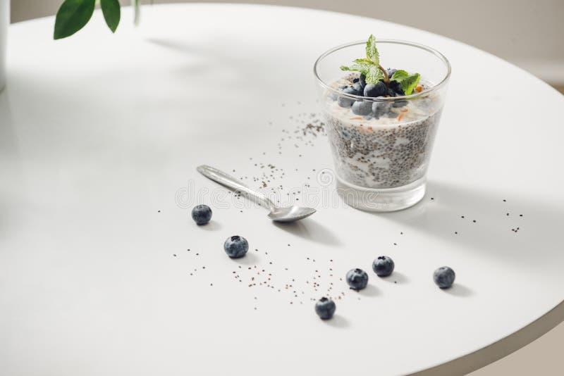 Petit d?jeuner ou casse-cro?te sain de matin avec le pudding et les baies de vanille de graines de chia photographie stock libre de droits