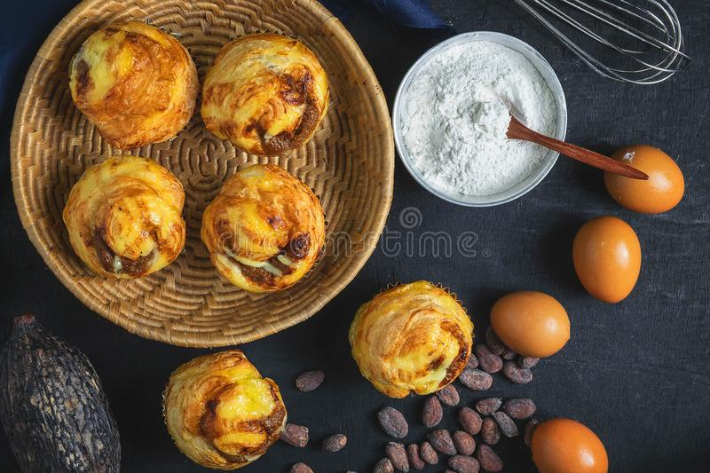 Petit déjeuner, pain et ingrédients sur la table photo stock