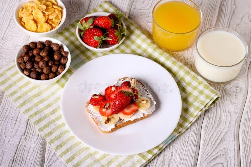 petit déjeuner : Pain grillé frais avec la fraise, la banane et les écrous image libre de droits