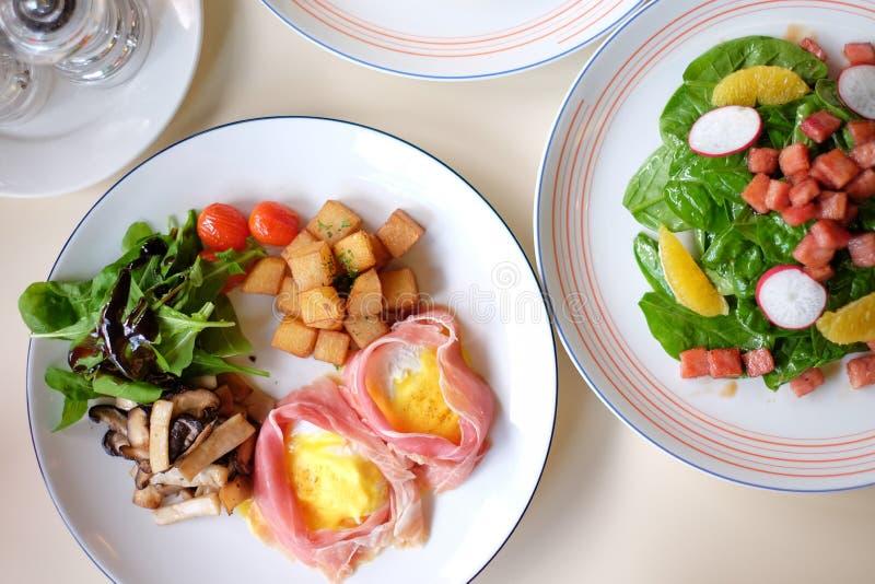 Petit déjeuner réglé - oeufs Benoît et salade image libre de droits