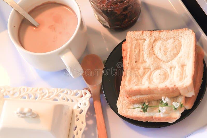 Petit déjeuner romantique apporté pour enfoncer avec amour image libre de droits