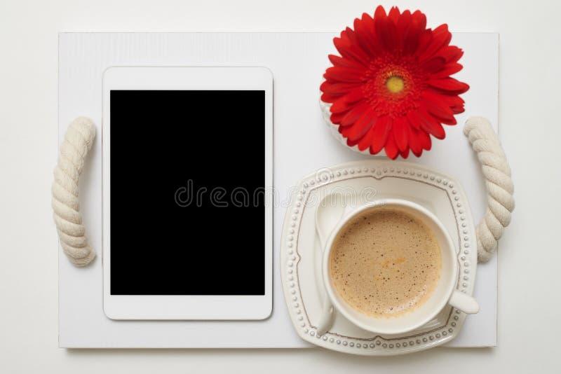 Petit déjeuner romantique avec du café sur le plateau pour la femme d'affaires image libre de droits