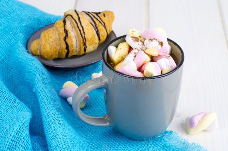 Petit déjeuner romantique avec les guimauves et le croissant photographie stock libre de droits