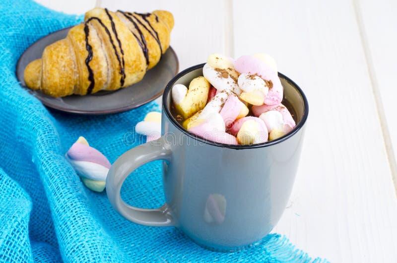 Petit déjeuner romantique avec les guimauves et le croissant photos libres de droits