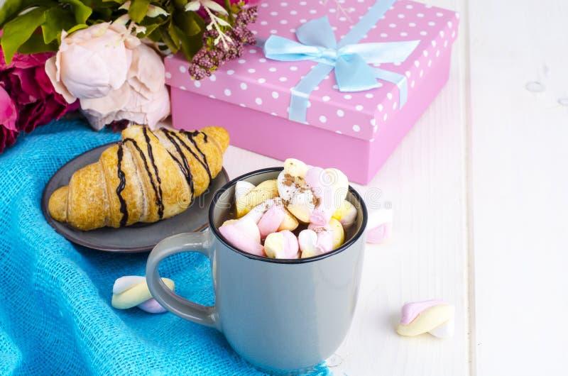 Petit déjeuner romantique avec les guimauves et le croissant photos stock